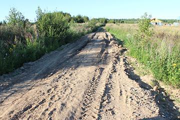Необходимо отсыпать дорогу щебнем до начала осенней распутицы.