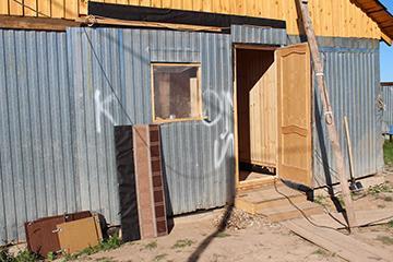 Завершили обшивку каркаса стен домика для проживания