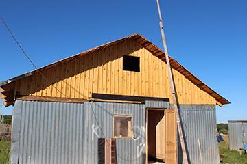 Завершили обшивку фронтонов здания